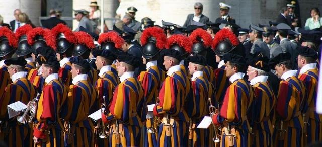 Огнестрельное оружие у гвардейцев неоднократно изымалось, но затем снова возвращалось в арсенал. После покушения на Иоанна Павла II 13 мая 1981 года доступ к оружию снова был упрощен.