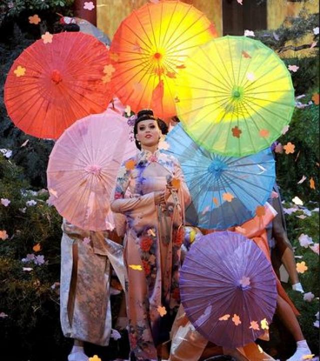 Масла в огонь добавили и некоторые юзеры, посчитавшие, что Кэти неуважительно относится к культуре Японии. Сама Кэти была очень удивлена. Она заявила, что ничего не имеет против японцев, что очень уважает их культуру и что даже не могла предположить, какую волну возмущения вызовет ее выступление.