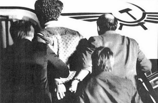 """Бразинскасы объявили себя диссидентами и попросили убежища в Турции. В письме для турецких властей и западной прессы Пранас писал, что """"вместе с женой в 1947 году за антикоммунистическую деятельность был сослан в Сибирь, а его отец был расстрелян палачами НКВД""""."""