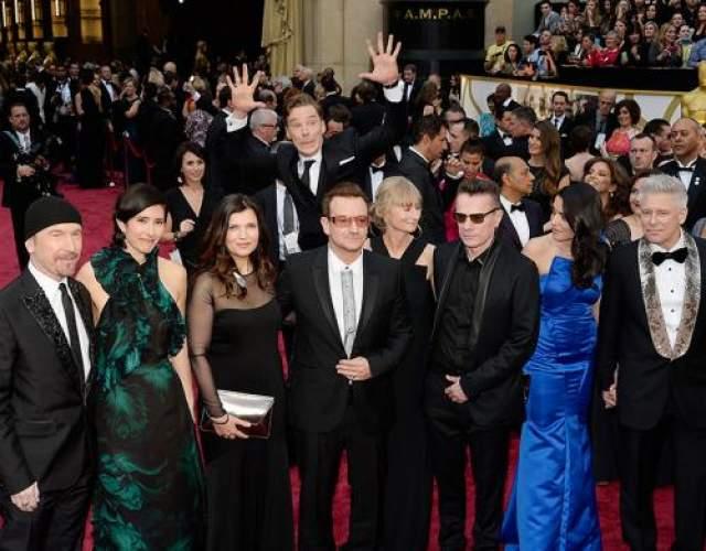 """Бенедикт Камбербэтч, звезда британского сериала """"Шерлок"""", решил подпортить музыкантам из U2 фото с прекрасными дамами."""
