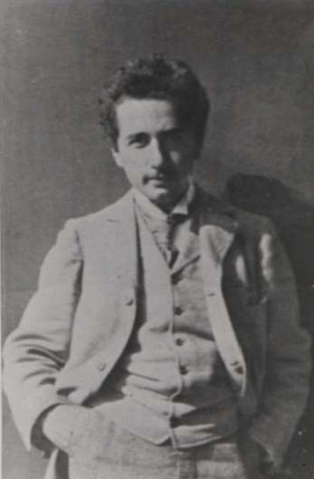 Эйнштейн провалил вступительный экзамен в университет. Он успешно выдержал экзамен по математике, но провалил все остальные (историю, языки, географию и т.д.)