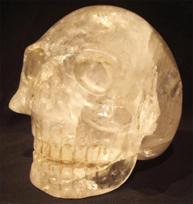В 1970 году один из этих черепов был исследован авторитетными экспертами. Они пришли к заключению, что череп вырезан из одного куска хрусталя вместе с нижней челюстью.