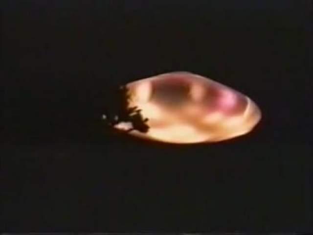 Пуэбла, Мексика, 1994 год 21 декабря 1994 года Карлос Диас снимал извержение вулкана в мексиканском штате Пуэбла. Среди его снимков оказался и этот, на котором можно увидеть таинственный светящийся объект. Фотография прошла дотошную экспертизу и была опубликована во многих печатных изданиях. Дискообразный НЛО, запечатленный на снимке, испускает яркие красно-желтые световые лучи. По его бокам можно заметить некое подобие иллюминаторов. Возможное объяснение: облако, высеченное извержением вулкана.