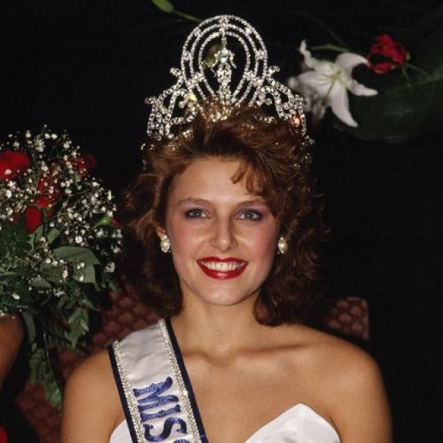 Мона Грудт, Норвегия. «Мисс Вселенная — 1990». 19 лет, рост 178 см, параметры фигуры 92−60−93.