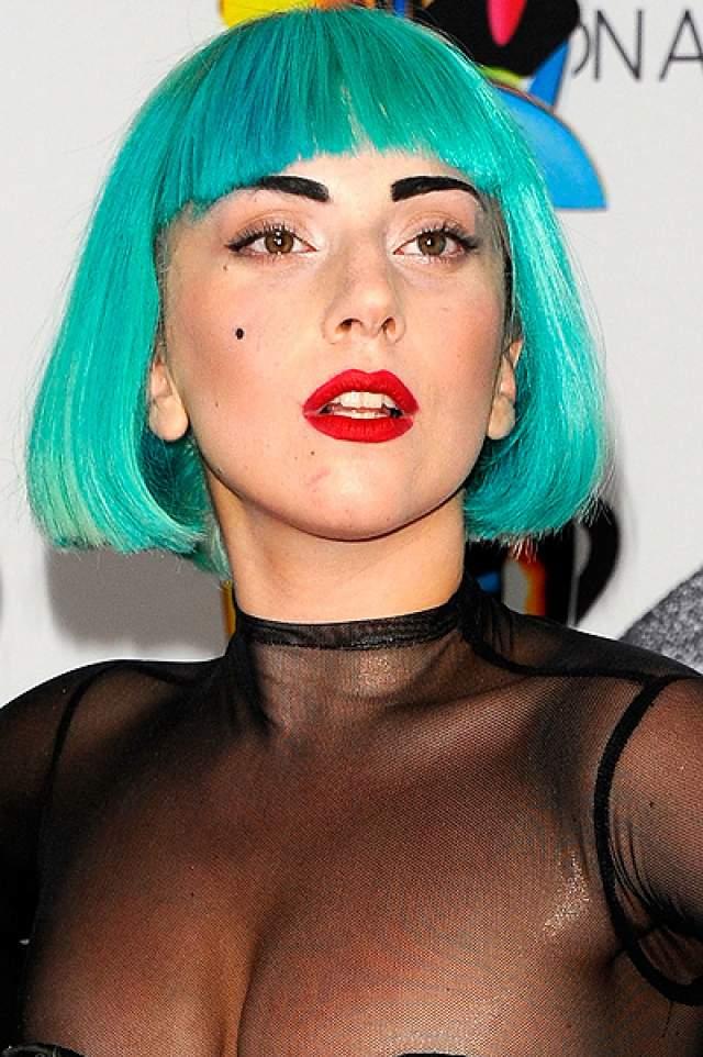 Какое-то время в 2011 году она носила яркие волосы и короткую стрижку.