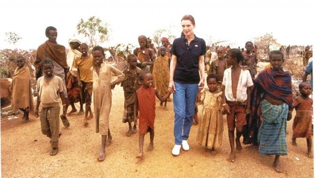 """В августе 1988 Хепберн ездила в Турцию участвовать в кампании по иммунизации. Потребовалось только 10 дней, чтобы привить всю страну. В октябре того же года Хепберн поехала в Южную Америку, где посетила Венесуэлу и Эквадор. Хепберн говорила: """"Я видела, как дети строили сами себе школы из кирпича и цемента, предоставленных ЮНИСЕФ""""."""