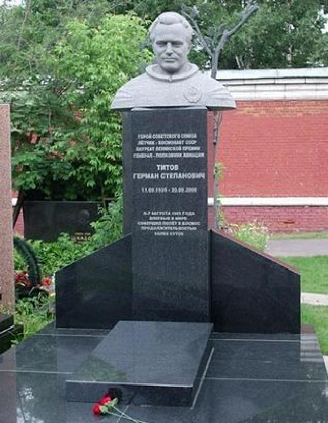 Жил в Москве. Скончался 20 сентября 2000 года от сердечного приступа. Похоронен на Новодевичьем кладбище в Москве.