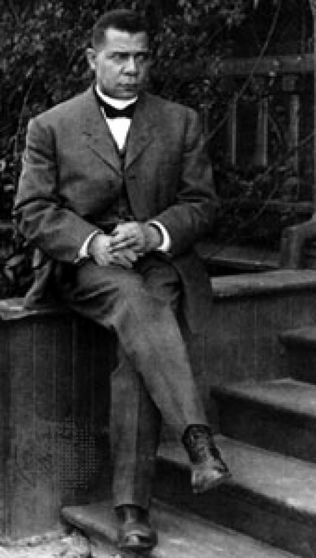 Букер Тальяферро Вашингтон. Один из величайших американских просветителей родился в семье чернокожих рабов на одной из плантаций в штате Вирджиния 5 апреля 1856 года. Его мать была рабыней и работала кухаркой в доме хозяина плантации.