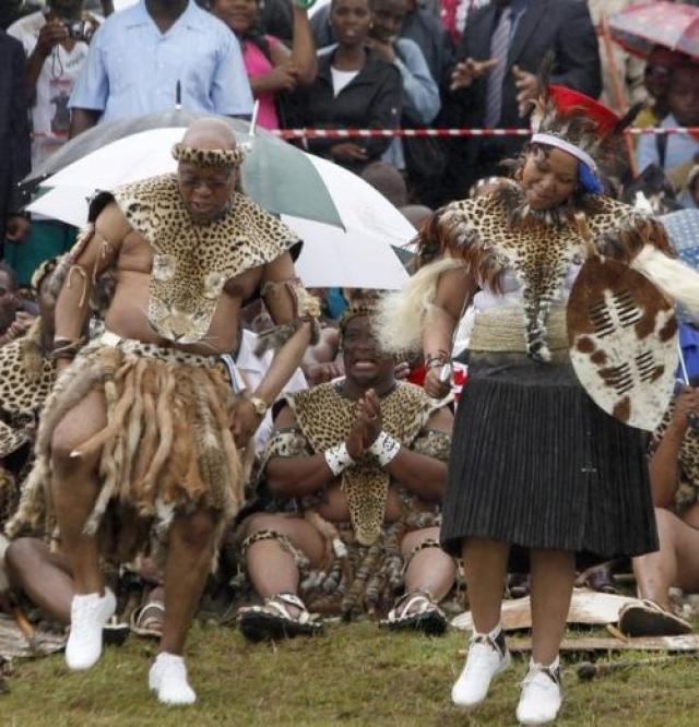 Президента ЮАР Джейкоба Зумародом из племени зулусов. На собственной свадьбе он появился в традиционном для этого племени наряде. Вряд ли кроссовки - это тоже часть национального одеяния.