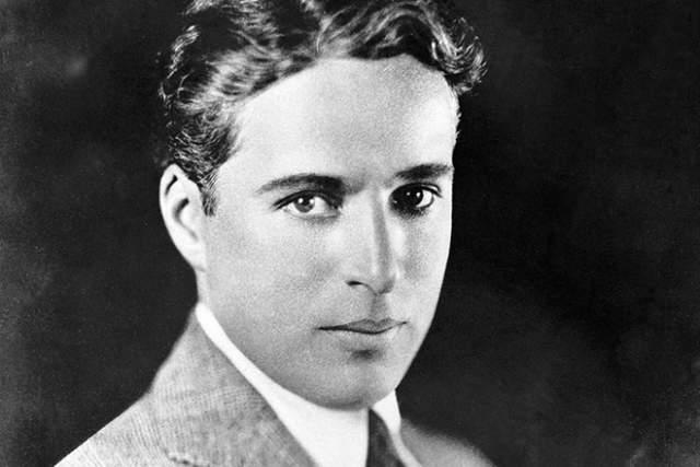 Причем Чаплин был не просто обладателем невероятного таланта актерского, но и предпринимательского: у артиста была собственная студия, поэтому разбогатев он получил возможность сниматься только там, где ему самому хотелось.