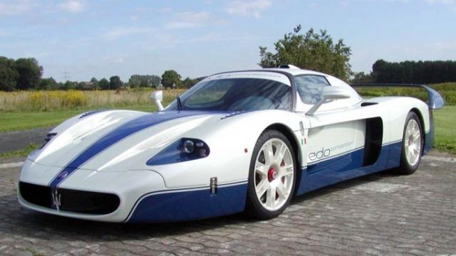 Maserati MC12 - $2 850 000. Машина производится в тандеме с гоночными болидами GT серии, от которых отличается красивым кожаным салоном и модифицированной подвеской ,а мощность ее двигателя - 630 лошадиных сил.