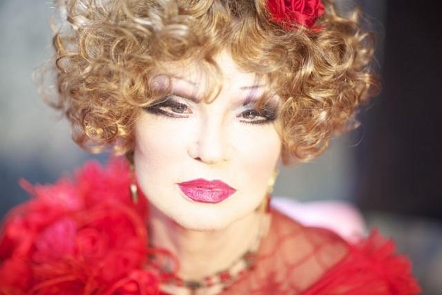 Людмила Марковна пела песни, снималась в кино и играла в театре вплоть до своей кончины.