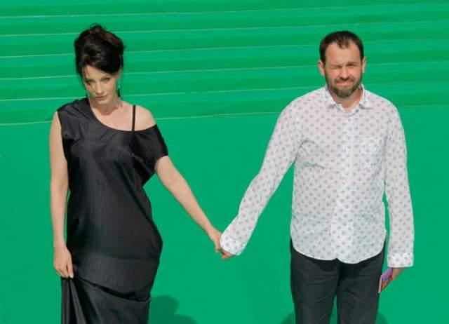 Сейчас мужем Крюковой является также за бизнесмен, Сергей Гляделкин, который занимает должность председателя совета директоров в одном крупном российско-австрийском холдинге.
