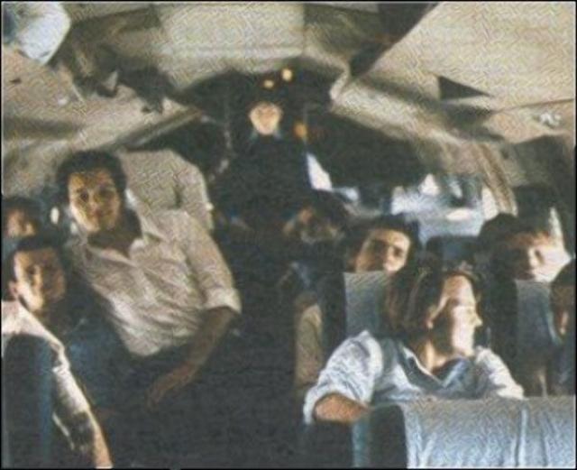Полёт начался накануне, 12 октября, но из-за плохой погоды самолёт приземлился в аэропорту Мендоса (Аргентина) и остался там на ночь. Позже, следуя в Сантьяго, самолёт влетел в циклон и начал снижение, видимость упала до нуля, пилоты ориентировались только лишь по времени.