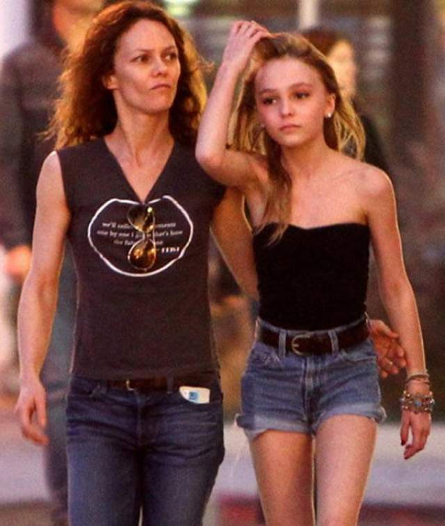 Дочь Джонни Деппа выглядит восхитительно именно в том виде, в каком она сейчас есть. А еще она - копия своей идеальной мамы.