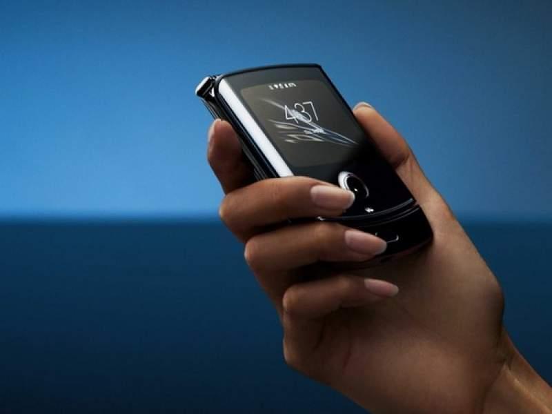 Motorola показала смартфон-раскладушку RAZR с гибким дисплеем