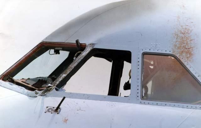 Находившийся в кабине бортпроводник Найджел Огден не растерялся и крепко схватил капитана за ноги. Второй пилот смог посадить самолет только через 22 минуты, все это время капитан воздушного судна находился снаружи. Бортпроводник, державший Ланкастера, считал, что он мертв, но не отпускал, так как боялся, что тело попадет в двигатель и тот сгорит, уменьшив шансы лайнера на благополучную посадку.