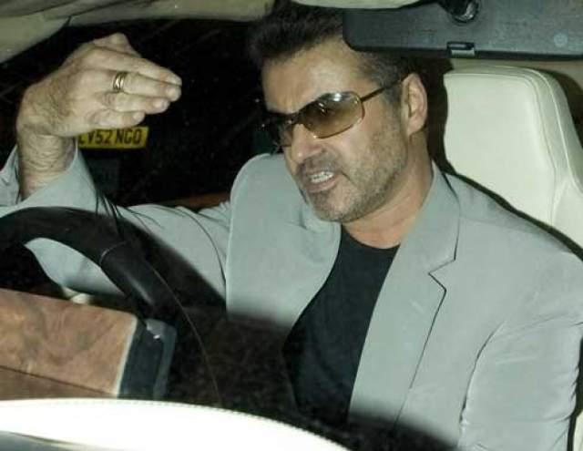 """Полицию вызвали водители, которые не могли проехать из-за """"забывшего"""" тронуться на зеленый сигнал светофора артиста. Освидетельствование показало, что Майкл был пьян."""