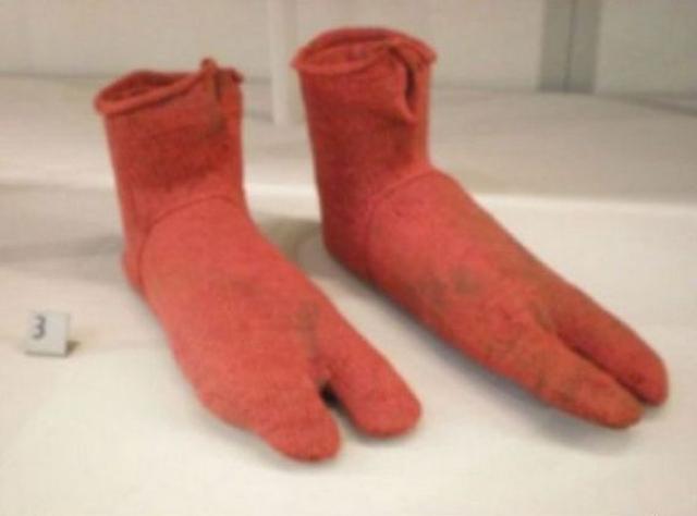 Носки. Первые найденные носки были созданы примерно в 400 году до нашей эры и предназначались для ношения с сандалиями.