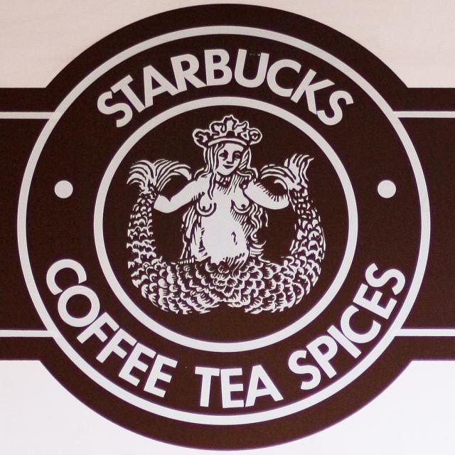 """Starbucks. Самая первая русалка внутри круга отличалась от нынешней - """"Предполагалось, что эта сирена так же соблазнительна, как и кофе Starbucks""""."""