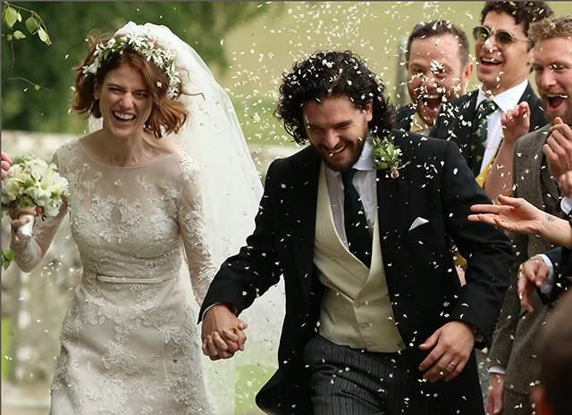К алтарю актрису привел отец, а наряды влюбленных были выдержаны классическом стиле. Так, невеста была одета в длинное белое свадебное платье, а жених прекрасно смотрелся в костюме-тройке. После церемонии венчания влюбленных осыпали лепестками цветов и рисом.