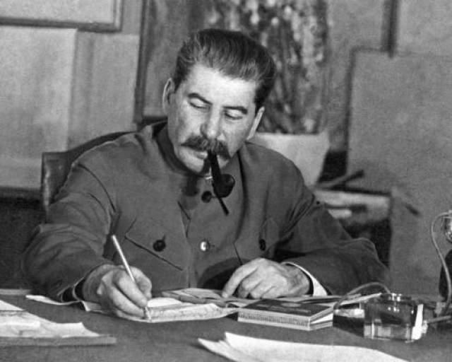 """Иосиф Сталин Один из жесточайших диктаторов в истории увлекался рисованием, литературой и писал стихи. Сохранилось несколько стихов юного поэта Сосо Джугашвили, которые были напечатаны в газетах """"Иверия"""" и """"Квали"""" в 1895 - 1896 годах."""