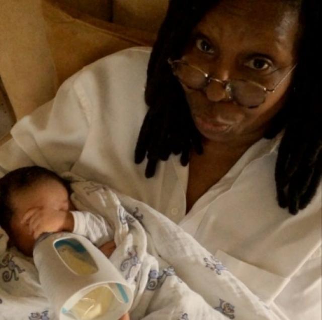 И дочь уже сделала Вупи не просто бабушкой, а прабабушкой! Чарли Роуз - это дочь внучки Кэрин, Амары. Амару ее мать Алекс родила в 16 лет.
