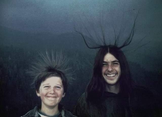 Игры с грозой. В августе 1975 года девушка из США Мэри Макквилкен сфотографировала во время сильной непогоды своих двух братьев: Майкла и Шона, с которыми она проводила время на вершине одной из скал в Калифорнийском национальном парке секвойи.
