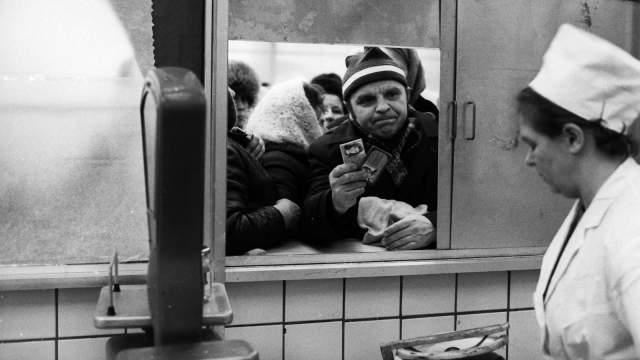Суть торговли в СССР: товар отпускают из маленького окошка, которое в случае чего можно быстро прикрыть от огромной толпы и уйти. А пока ларек открыт - народ милостиво допускают к ценному ресурсу.