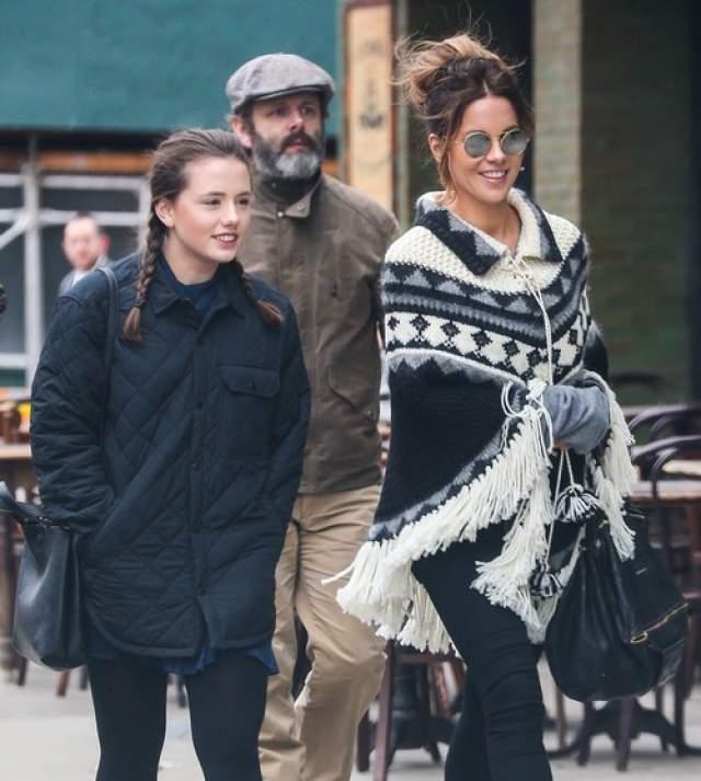 Кейт Бекинсейл выглядит заметно моложе своих 44 лет и походит скорее на старшую сестру своей дочери Лили Мо Шин, нежели на ее маму.