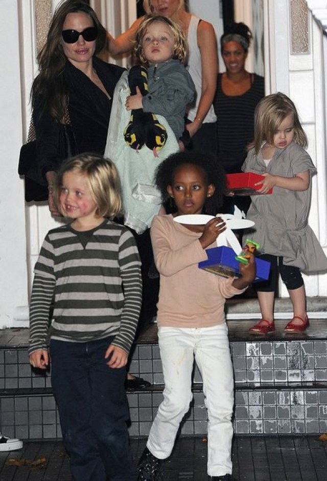 В отличие от предыдущих звездных семей, дети едят, что хотят и где хотят, оставляя за собой по всему дому крошки и жирные пятна, разбираться с которыми приходится няням.