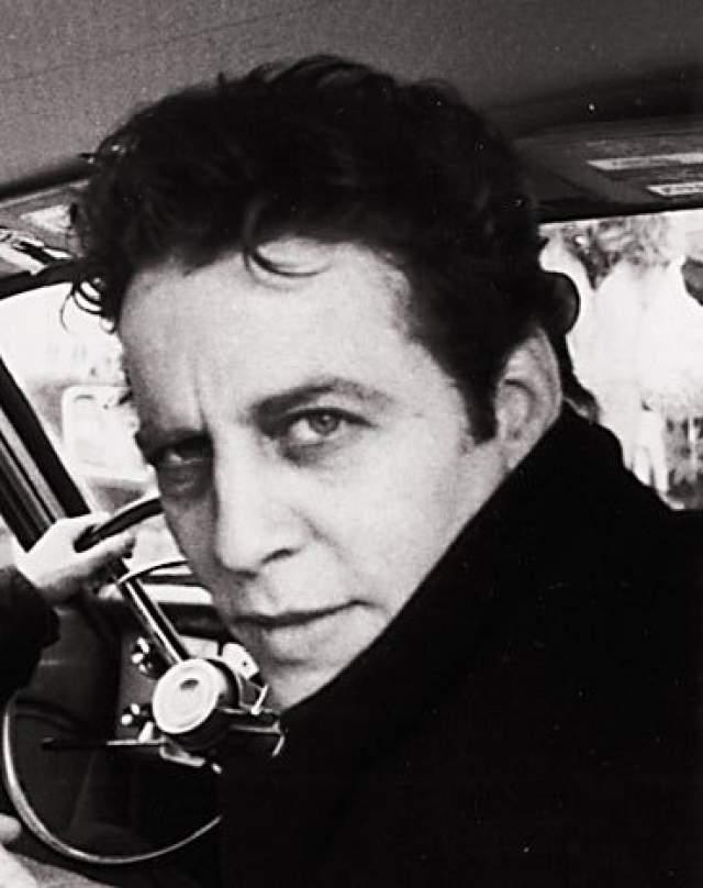 Марк Сэндмен, 1952-1999. 3 июля во время фестиваля в Палестрине, неподалеку от Рима, у музыканта, гитариста MORPHINE и TREAT HER RIGHT произошел сердечный приступ прямо на сцене перед несколькими тысячами зрителей.