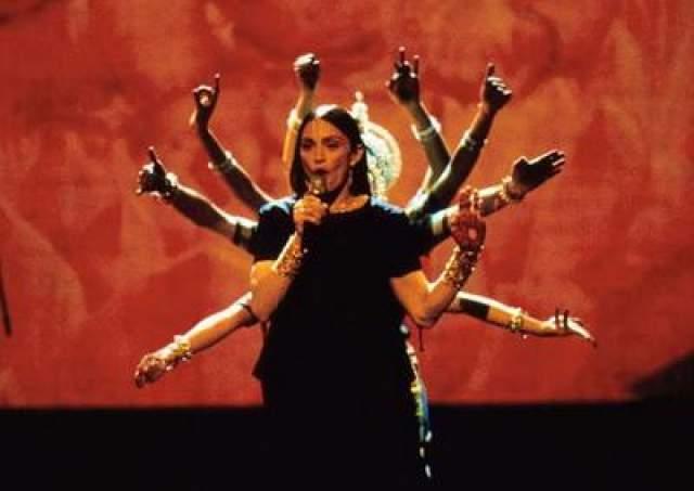 """В 1998 году Мадонна выпустила свой седьмой альбом """"Ray of Light"""", созданный с использованием передовых электронных ритмов, темно и трип-хопа. Диск получил четыре премии """"Грэмми""""."""