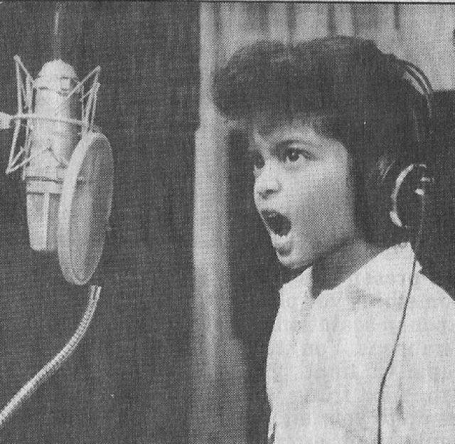 Бруно Марс. Питер Джин Эрнандес, а именно так на самом деле зовут исполнителя, родился в Гонолулу в семье музыкантов: его отец играл на ударных инструментах, мать хорошо пела.