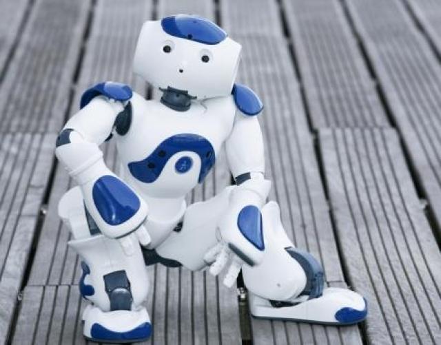 13. Робот НАО распознает речь, лица и даже текст. Основное инновационное отличие НАО от многих других роботов – это то, что он запрограммирован на самообучение. Собирая данные об окружающем мире и, обрабатывая их, робот выстраивает собственное представление о мире.
