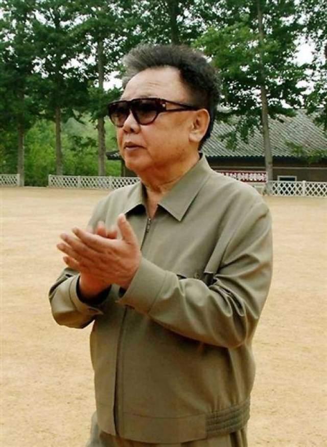 Более того, в каждом из дворцов он соорудил баскетбольные площади.
