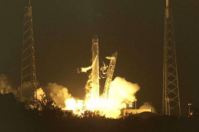 """Прах актеров унес в космос космический корабль """"Celestis"""", оснащенный солнечными батареями. Получая энергию на подпитку, корабль должен будет вечно кружить по орбите Солнца."""