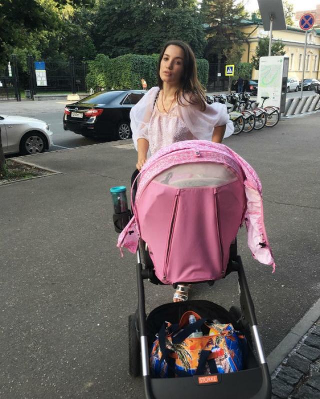 """Виктория Дайнеко и Денис Клейман. После того, как еще одна выпускница """"Фабрики"""" родила девочку, к разочарованию фанатов, в Сети появлялись только подобные фото с коляской."""
