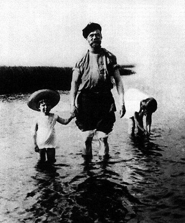 Именно последний русский император стал первым глобальным миротворцем. В 1898 году с его подачи была опубликована нота о всеобщем ограничении вооружения, он также разработал программу международной мирной конференции, которая прошла в мае следующего года в Гааге.