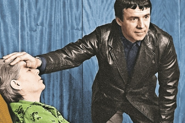 """Тогда Кашпировский находился в Москве, в телестудии """"Останкино"""", а за полторы тысячи километров от него в Киеве хирурги проводили операцию по удалению раковой опухоли у молодой женщины."""