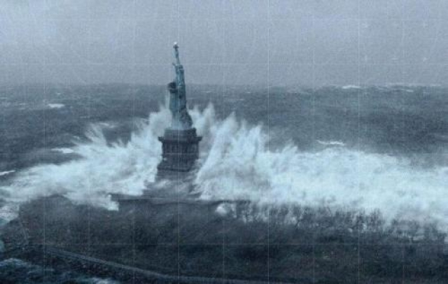 """Статуя Свободы во время урагана Сэнди. На самом деле это кадр из фильма """"Послезавтра"""", в котором рассказывается о глобальном катаклизме, накрывшем восточное побережье США."""