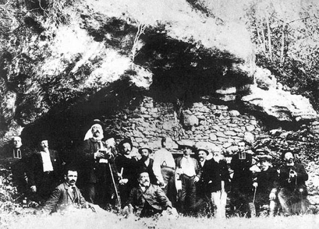 На потолке пещеры ученый обнаружил многоцветные рисунки животных.
