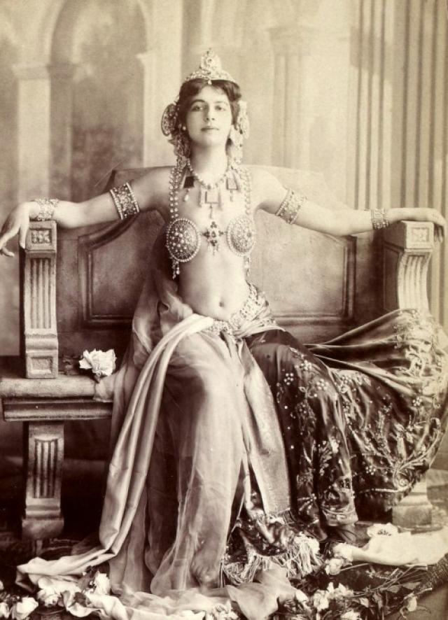 """Как можно заметить по """"парадному"""" варианту бюстгальтера популярнейшей танцовщицы того времени Маты Хари , аксессуар скорее прижимает грудь."""