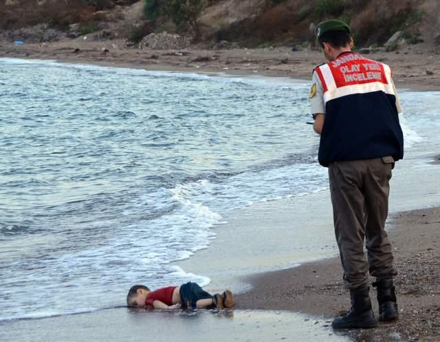 Айлан Курди, Нилюфер Демир, 2015. Фотография стала символом трагедии беженцев. На ней изображен трехлетний мальчик из Сирии. Он трагически погиб вместе с родственниками 2 сентября 2015 года при попытке семьи пересечь Средиземное море.