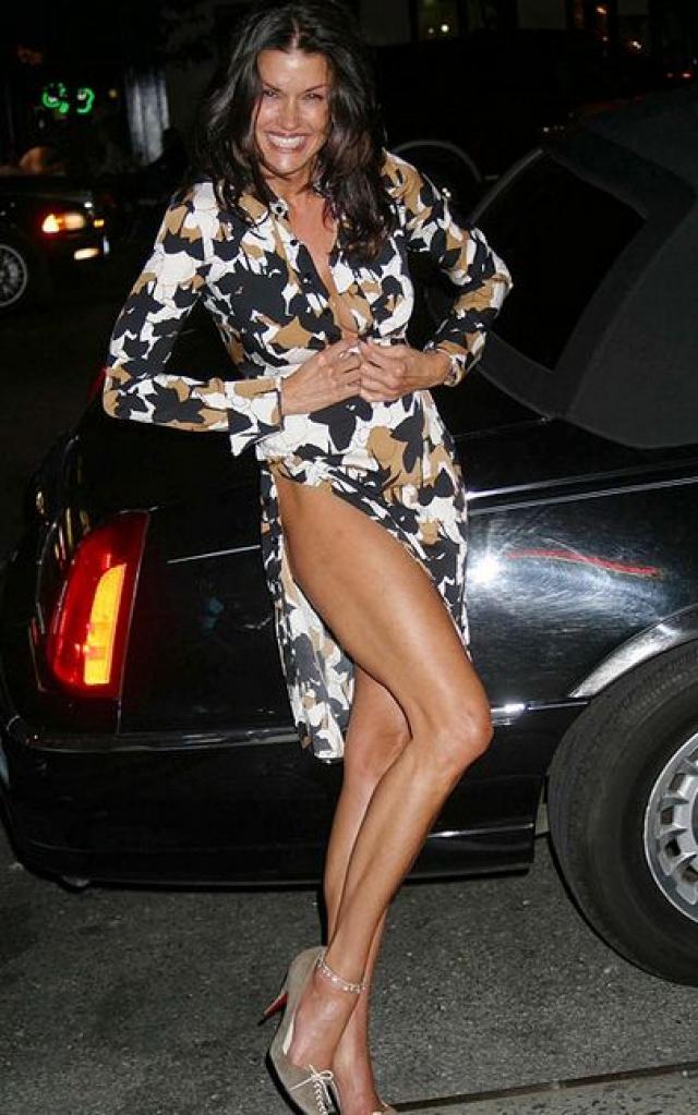 """Дженис Дикинсон. Бывшая модель и любительница ярких и смелых нарядов также будто """"застряла"""" в прошлом."""