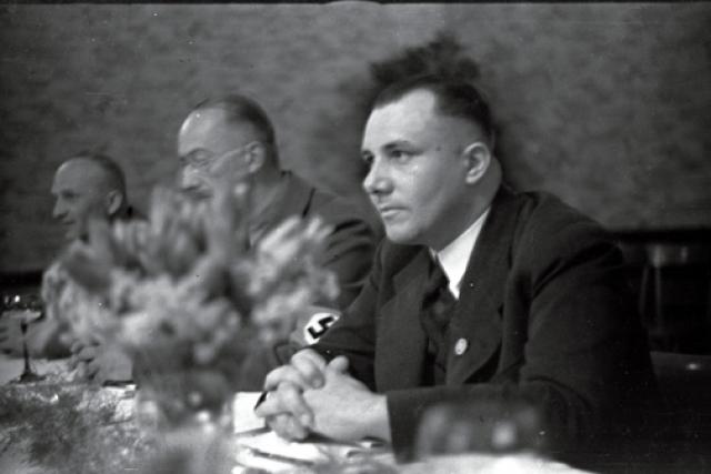 """В 1949 году Пауль Гессляйн, политик - центрист, давно эмигрировавший в Чили, сообщил, что встретил нескольких странных незнакомцев, ехавших верхом; среди них был Борман. Он узнал его на все сто процентов, ведь """"с 1930 по 1933 год часто видел его в рейхстаге""""."""