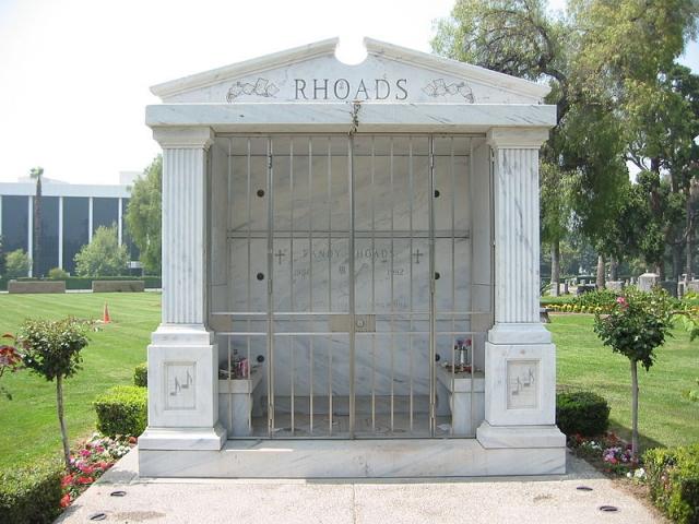 Рэнди Роадс похоронен на одном кладбище со своими родителями в Сан-Бернардино (Калифорния).