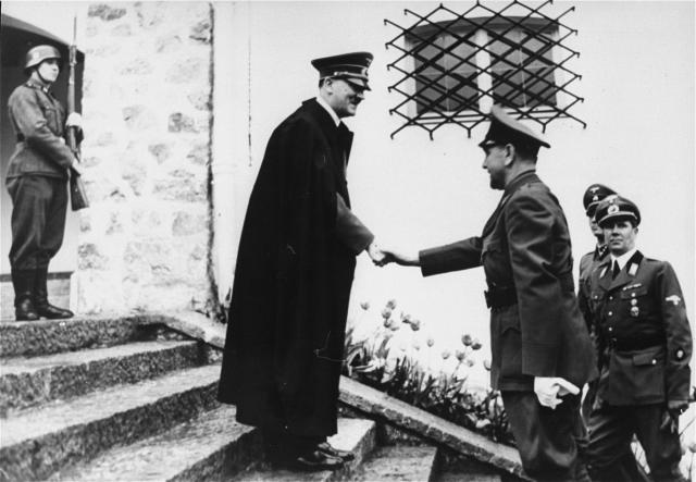 После разгрома германских войск он бежал в Австрию. Тогда же югославским народным судом Павелич был заочно приговорен к смертной казни, отк оторой скрывался в Италии, Аргентине, Испании.