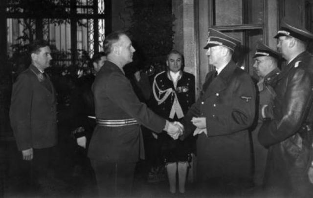 """Советский Союз, в свою очередь, был недоволен высадкой в Финляндии германских войск, давлением Берлина на Болгарию, частыми срывами сроков поставок немецкого оборудования. Определенную обеспокоенность в Кремле вызвало известие о подписании Тройственного пакта. На фото: А. Гитлер пожимает руку И. Риббентропу во время присоединения Болгарии к «Тройственному пакту"""""""