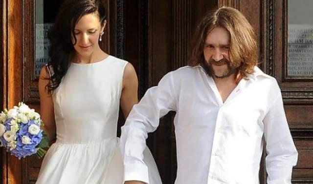 Эксцентричная парочка узаконила свои отношения 31 июля 2010 года. Вскоре после свадьбы пара переехала в Санкт-Петербург, где приобрели квартиру с видом на Фонтанку.